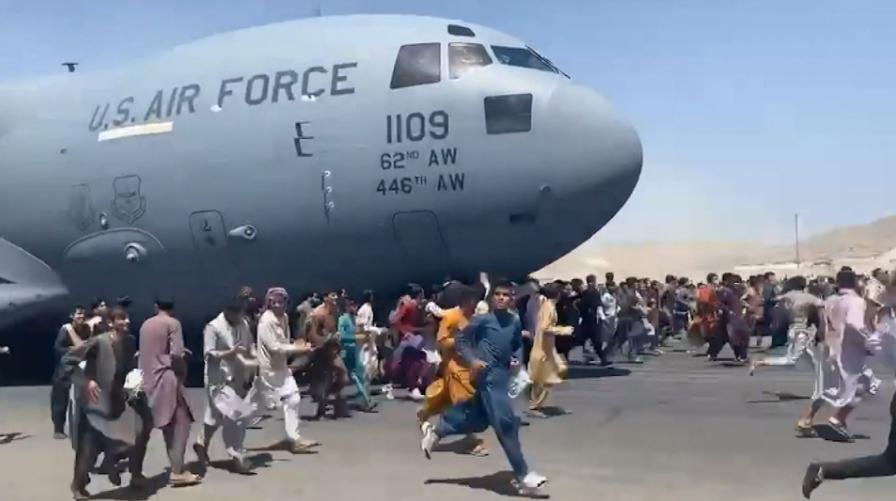 अफगानिस्तानको कारुणिक दृश्य: देश छोड्न विमानमै झुण्डिए मानिसहरु – भिडियो
