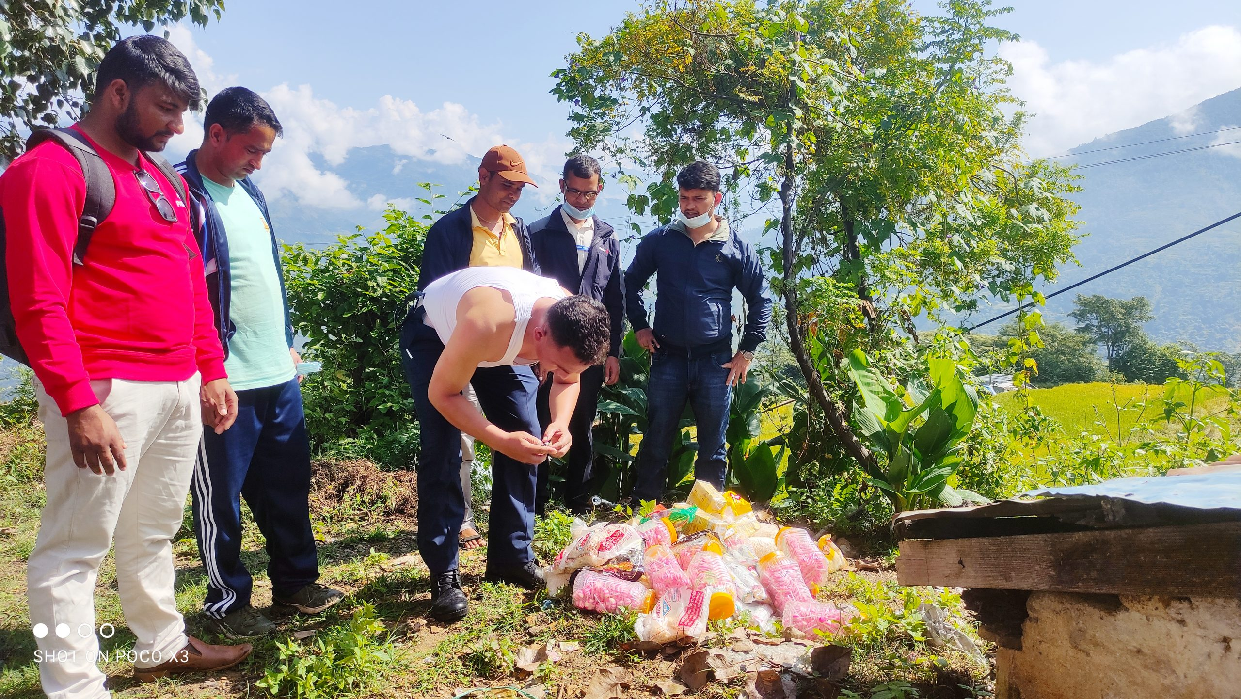 सहायक प्रमुख जिल्ला अधिकारी तिमिल्सैनाको टोलि द्वारा मंगलसेन बजार अनुगमन